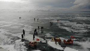 Çıldır Gölü'nde buzlarla vals