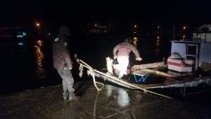 Fırtınada halatı kopan tekneyi dakikalarca elleriyle tuttular