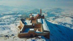 Karla birleşen tarihi sarayın havadan görüntüsü mest etti