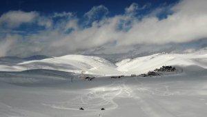 Karlı dağda kartpostallık görüntüler