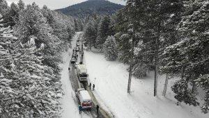 Kazdağları'nda buzlanan yollar çileye döndü