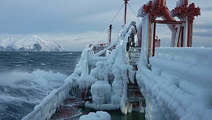 Kuzey Pasifik'te bir gemi tamamen buz tuttu! (Video)
