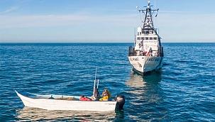 Teknesi sahil güvenlik gemisine çarptı, feci şekilde can verdi! (Video)
