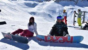 Akdeniz'in kış turizm merkezi Davraz, kayak severleri ağırlıyor