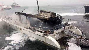 Beşiktaş Bebek sahilinde alevler içinde kalan 2 yattan biri tamamen denize batarken, küle dönen diğer yat da batmaya başladı.