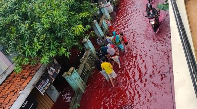 Endonezya'da sel suları atık boya ile karıştı, sokaklar kırmızıya büründü