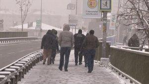 İstanbullular güne karla uyandı, vatandaşlar yürümekte zorluk çekti