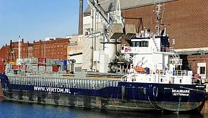 Kiel Kanalı'nda mahsur kalan yük gemisi trafiği saatlerce engelledi!