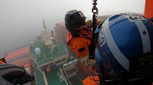 Konteyner gemisinin yaralı mürettebatı helikopterle kurtarıldı! (Video)