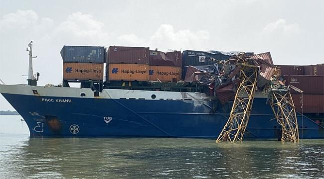 Kontrolünü kaybederek sürüklenen gemi vince çarptı! (Video)