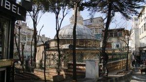 Kubbesinde tabut olan cami görenlerin ilgisini çekiyor