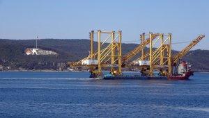 Liman vinci taşıyan gemi Çanakkale Boğazı'ndan geçti