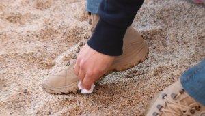 Sahilde ayaklara yapışan zift şaşkına çevirdi