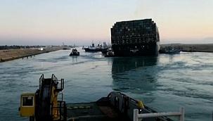 Süveyş Kanalı'nı tıkayan dev gemi kurtarıldı, kanal trafiğe açılacak! (Video)