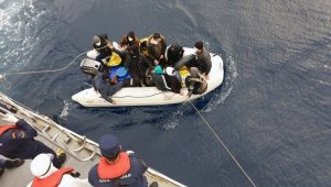 Yunanlılar 11 göçmeni lastik botla geri gönderdi
