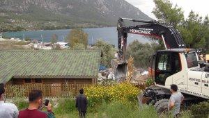 Akbük koyunda yıkımlar devam ediyor
