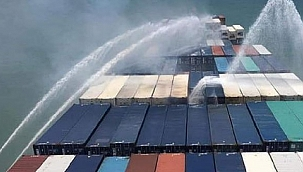 Andaman Denizi'nde seyreden konteyner gemisinde yangın!