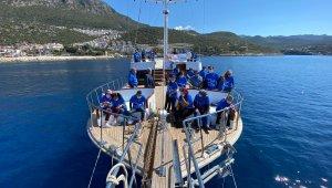 Kaş'ta otizmli çocuklar ve aileleri tekne turuyla eğlendi!