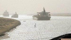 Süveyş Kanalı'ndan geçen tankerin makinesi arızalandı!