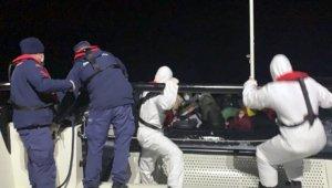 Teknesi arızalanan göçmenleri Sahil Güvenlik kurtardı!