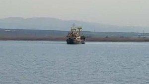 Türk bayraklı kargo gemisi Çanakkale'de karaya oturdu!