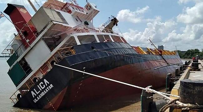 Vietnam'da yük gemisi alabora oldu: 18 konteyner denize düştü! (Video)
