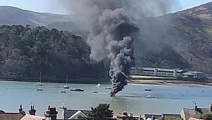 Wales'te yandıktan sonra sürüklenerek batan tekneden 4 kişi kurtarıldı!