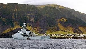 4,400 mil destansı seyir: Dünyanın karaya en uzak adasına aşı götürdü!