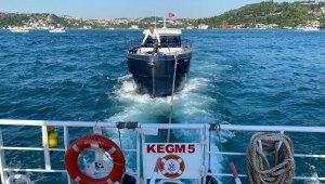 İstanbul Boğazı'nda arızalanan tekneyi Kıyı Emniyet kurtardı