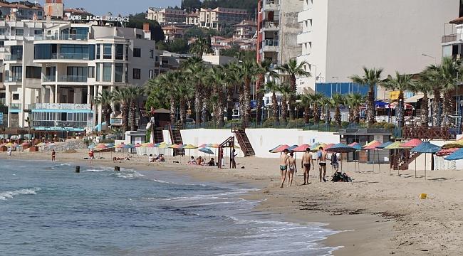 Kuşadası'nda turistler sahile akın etti!