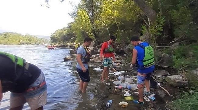 Raftingciler atık toplayıp çevre temizliği yaptı