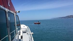 Rize'de açıklarında sürüklenen tekne KEGM tarafından kurtarıldı!