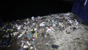 Rize'de kıyı balıkçıları balık için denize çıkıp, çöp dolu ağlarla dönüyorlar