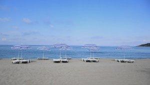 Turizm kenti Kuşadası'nda plajlar misafirlerini bekliyor