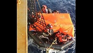 Aden Körfezi'nde batan yük gemisinin mürettebatını ABD donanması kurtardı!