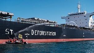 Aktivistler Fransa'da dökme yük gemisini ablukaya aldı: ''Ormansızlaşmayı durdurun!''