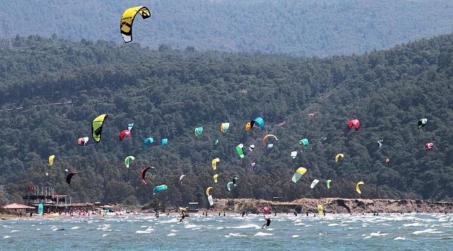 Muğla'da sörfçülere kalan sahillerde renkli görüntüler!