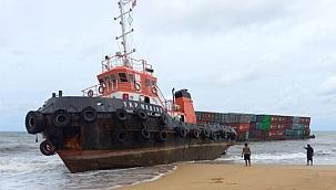 Römorkör ve çektiği konteyner mavnası karaya oturdu! (VİDEO)