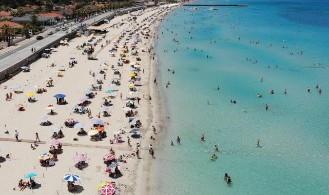 Çeşme'de nüfus 1 milyonu buldu, plajlar böyle görüntülendi!