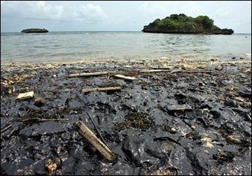 Filipinler'de kıyılar petrole boyandı