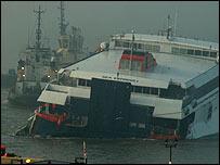 İngiltere'de deniz otobüsü-şilep çarpıştı