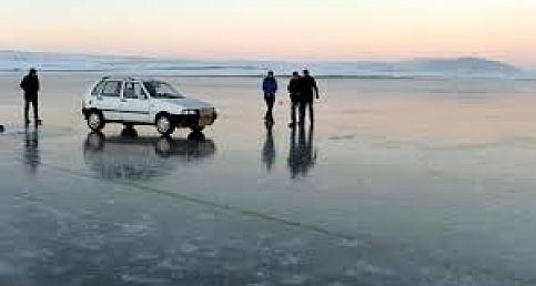 Donmuş göl üzerinde otomobil kullandılar