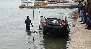 El frenini çekmeyi unutunca arabası denize düştü